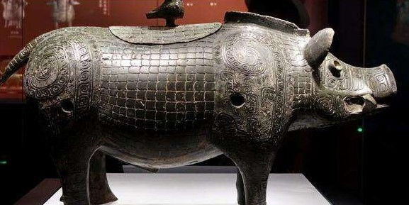 Hai cha con đào đất xây nhà phát hiện báu vật lợn đồng 2000 năm tuổi duy nhất trên thế giới nặng 30kg  - Ảnh 1.