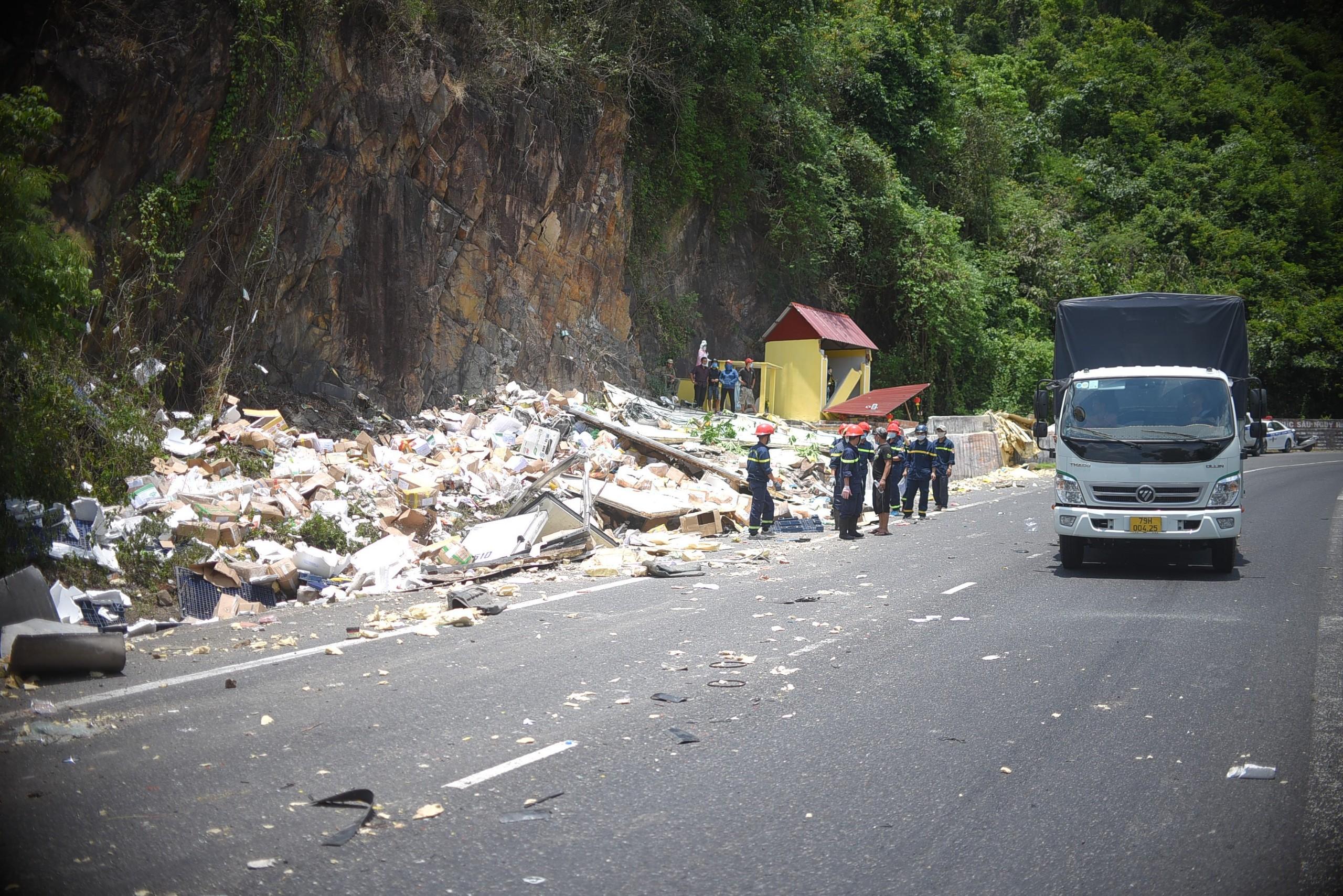 Cận cảnh tan hoang hiện trường vụ tai nạn khiến 2 người chết - Ảnh 5.