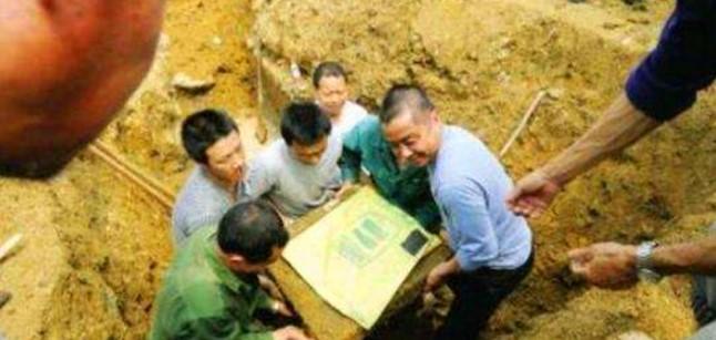 Hai cha con đào đất xây nhà phát hiện báu vật lợn đồng 2000 năm tuổi duy nhất trên thế giới nặng 30kg  - Ảnh 3.
