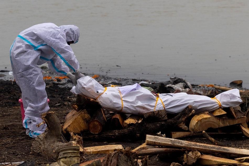 Thi thể trôi dọc sông Hằng, gần 4.000 người chết vì COVID-19 tại Ấn Độ - Ảnh 2.