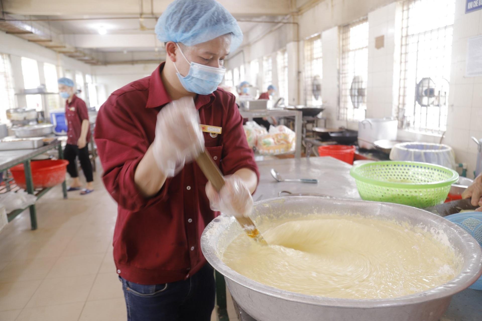 10.000 suất ăn được phục vụ mỗi ngày trong khu cách ly  Bệnh viện K - Ảnh 3.