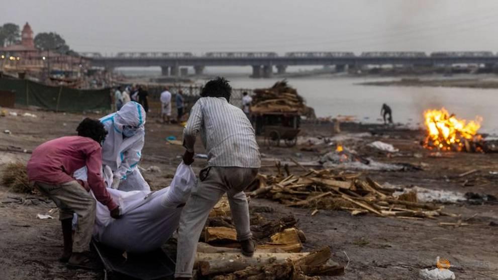 Thi thể trôi dọc sông Hằng, gần 4.000 người chết vì COVID-19 tại Ấn Độ - Ảnh 1.