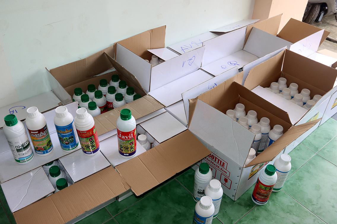 An Giang: Bắt quả tang Giám đốc công ty chở nhiều thùng thuốc bảo vệ thực vật nghi giả trên ô tô - Ảnh 4.