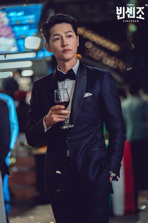 """Song Joong Ki """"hớp hồn"""" bạn diễn trong Vincenzo - Ảnh 1."""