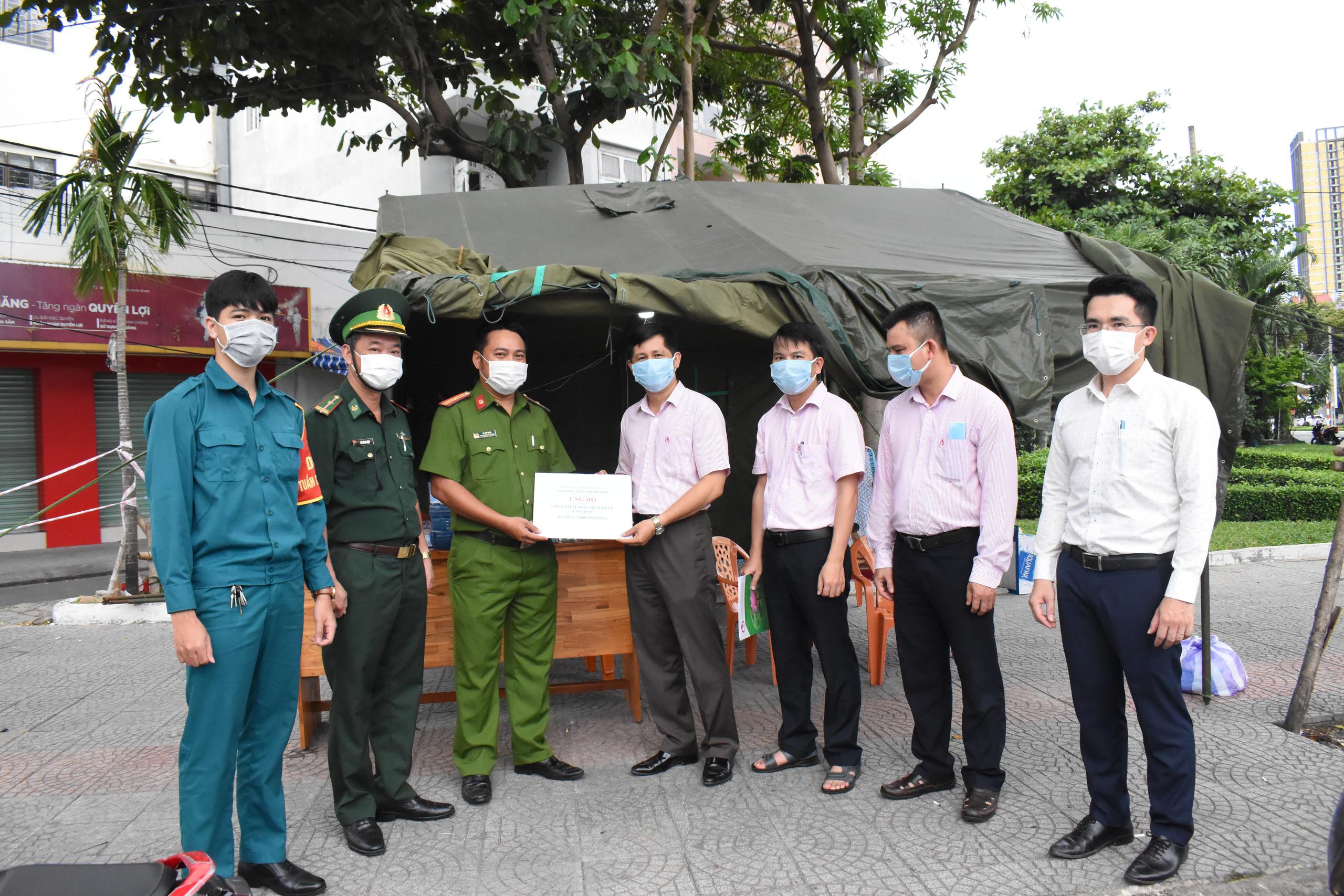 Đà Nẵng: Ngân hàng Chính sách xã hội tiếp sức cho các đơn vị tuyến đầu phòng chống dịch Covid-19 - Ảnh 4.