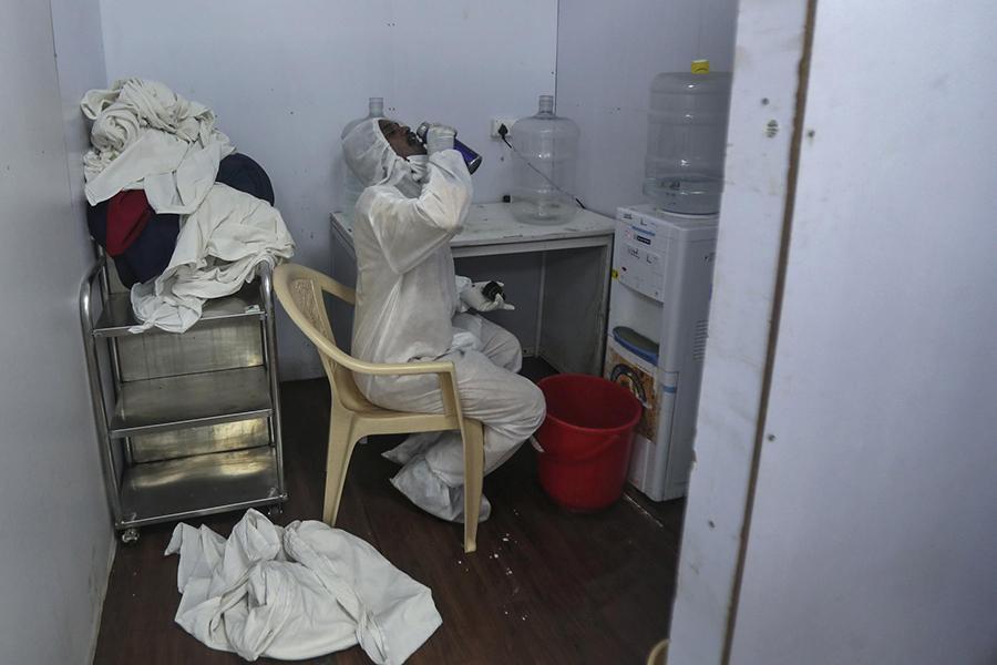 Tận mắt chứng kiến cảnh ngộp thở bên trong bệnh viện điều trị Covid-19 ở Ấn Độ - Ảnh 12.