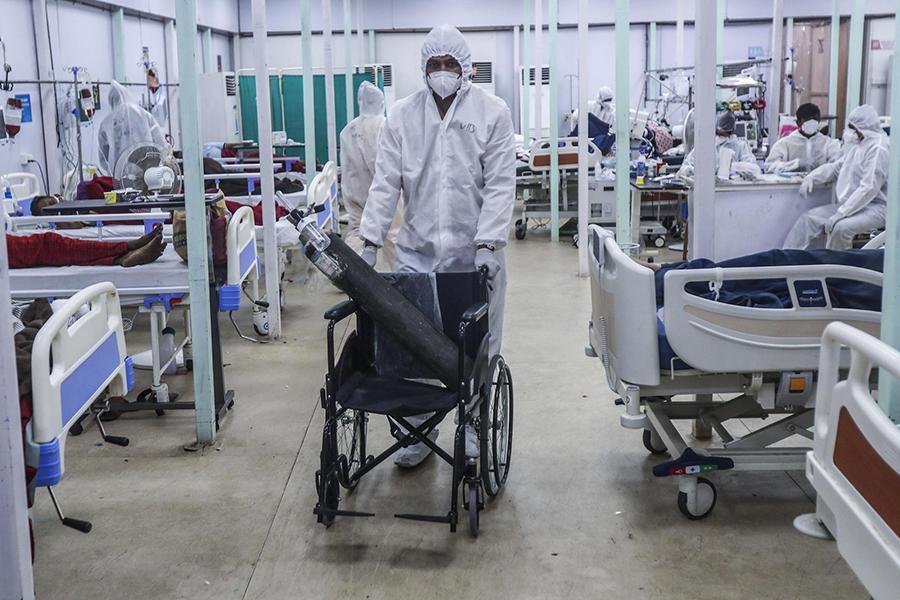 Tận mắt chứng kiến cảnh ngộp thở bên trong bệnh viện điều trị Covid-19 ở Ấn Độ - Ảnh 13.