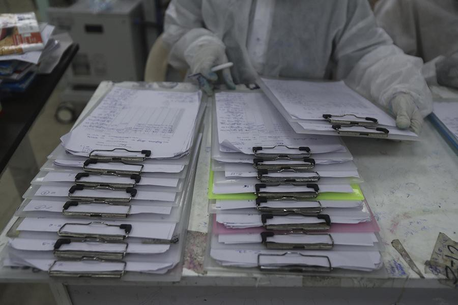 Tận mắt chứng kiến cảnh ngộp thở bên trong bệnh viện điều trị Covid-19 ở Ấn Độ - Ảnh 14.