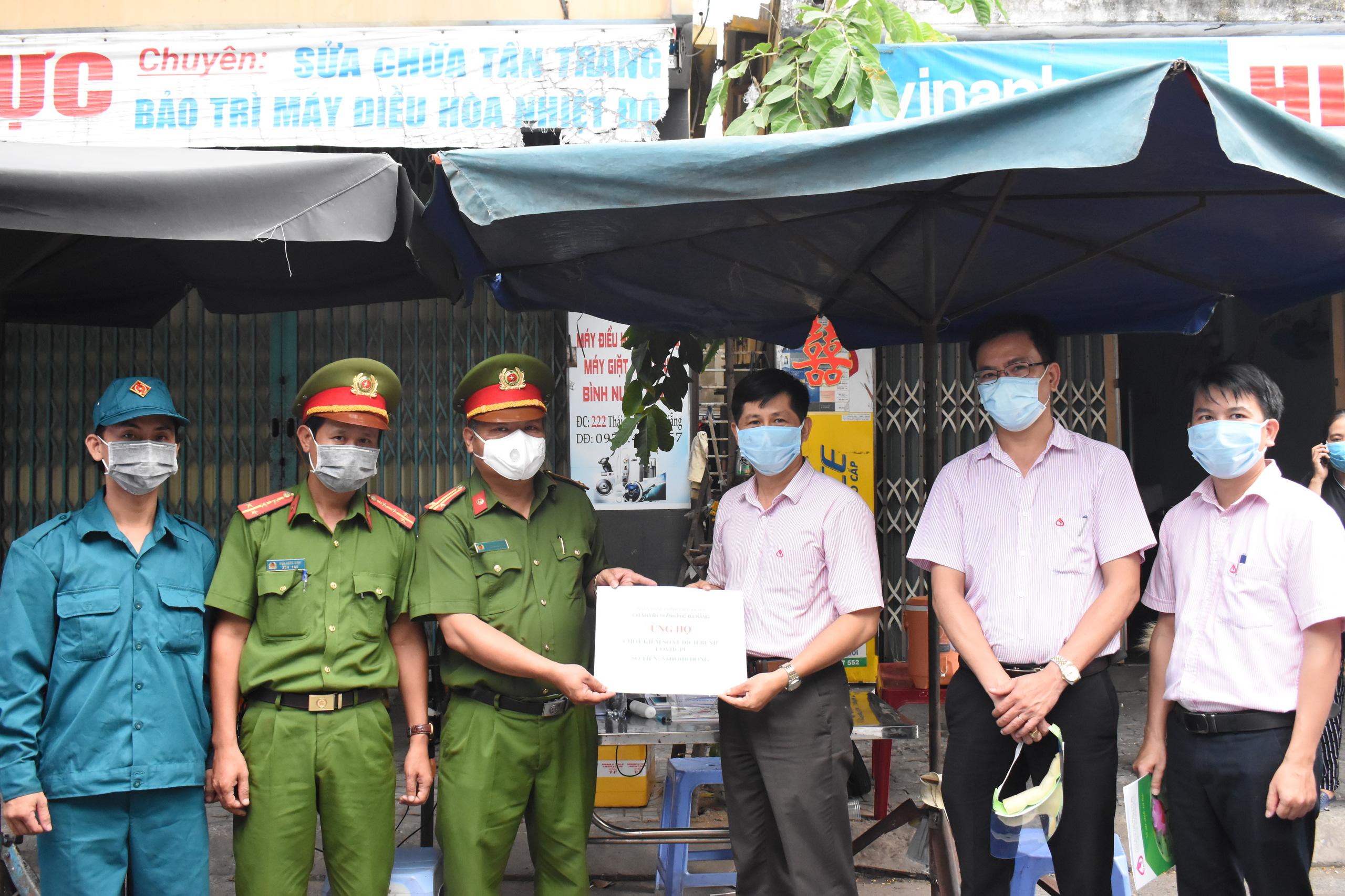 Đà Nẵng: Ngân hàng Chính sách xã hội tiếp sức cho các đơn vị tuyến đầu phòng chống dịch Covid-19 - Ảnh 1.