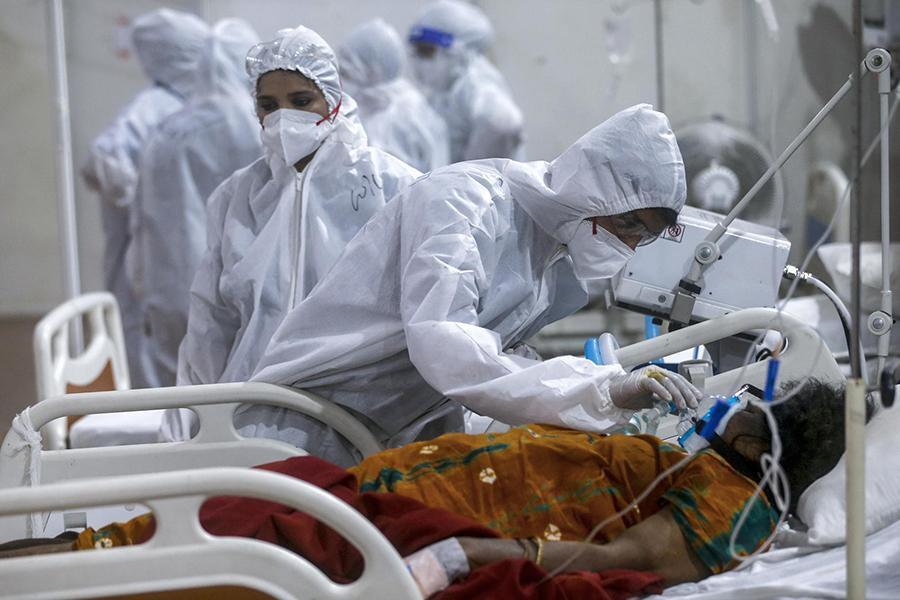 Tận mắt chứng kiến cảnh ngộp thở bên trong bệnh viện điều trị Covid-19 ở Ấn Độ - Ảnh 2.