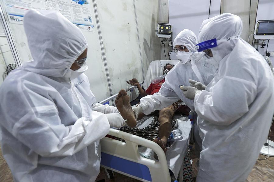 Tận mắt chứng kiến cảnh ngộp thở bên trong bệnh viện điều trị Covid-19 ở Ấn Độ - Ảnh 3.