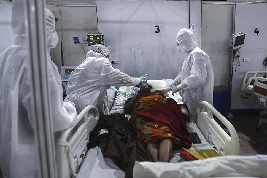 Tận mắt chứng kiến cảnh ngộp thở bên trong bệnh viện điều trị Covid-19 ở Ấn Độ - Ảnh 4.