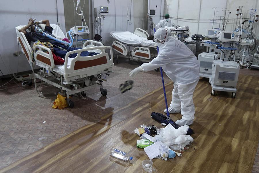 Tận mắt chứng kiến cảnh ngộp thở bên trong bệnh viện điều trị Covid-19 ở Ấn Độ - Ảnh 7.