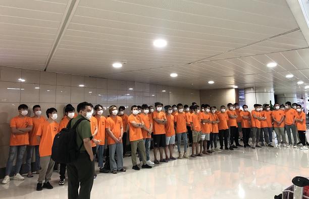Công an trục xuất 52 người nước ngoài nhập cảnh trái phép ở TPHCM - Ảnh 2.