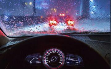 Kinh nghiệm tài xế Việt cần biết khi lái xe ô tô dưới trời mưa bão - Ảnh 1.