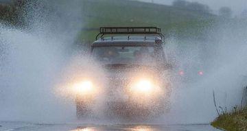 Kinh nghiệm tài xế Việt cần biết khi lái xe ô tô dưới trời mưa bão - Ảnh 2.