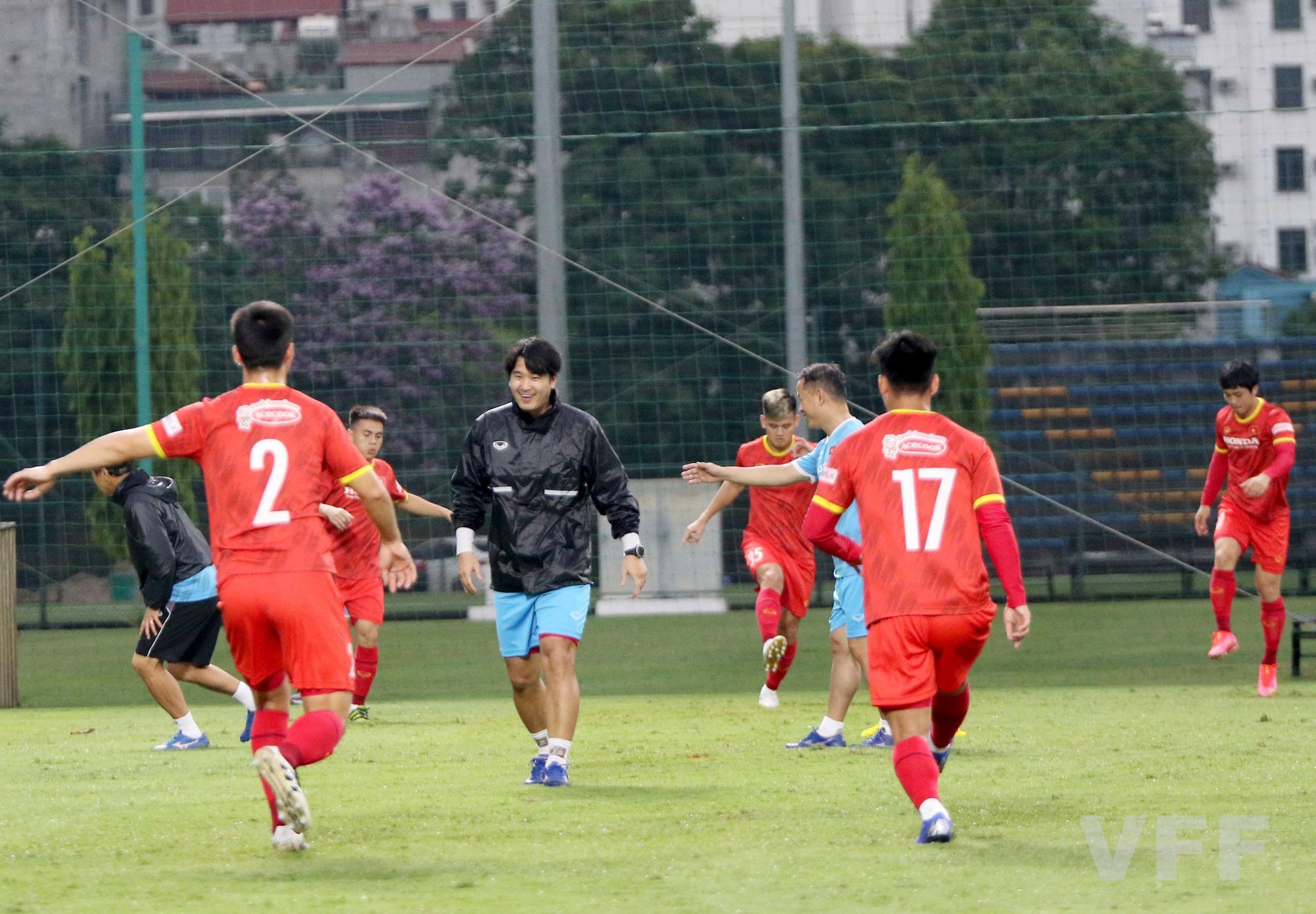 """HLV Park Hang-seo """"làm xiếc"""" với bóng khiến học trò ngỡ ngàng! - Ảnh 4."""
