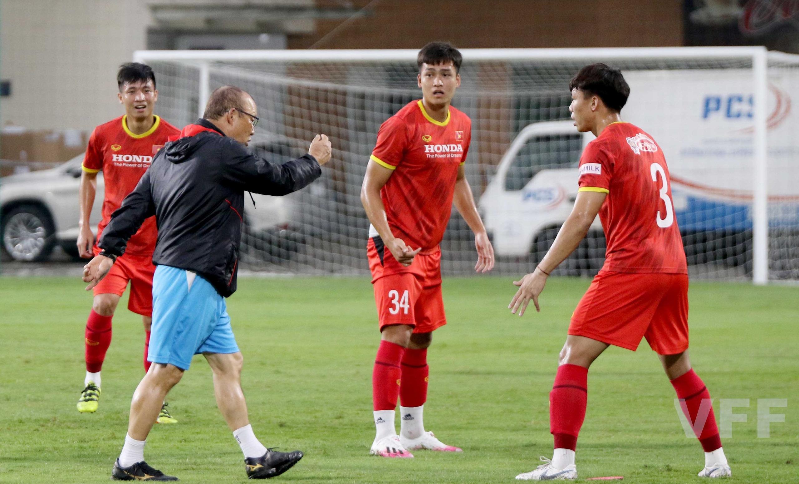 """HLV Park Hang-seo """"làm xiếc"""" với bóng khiến học trò ngỡ ngàng! - Ảnh 5."""