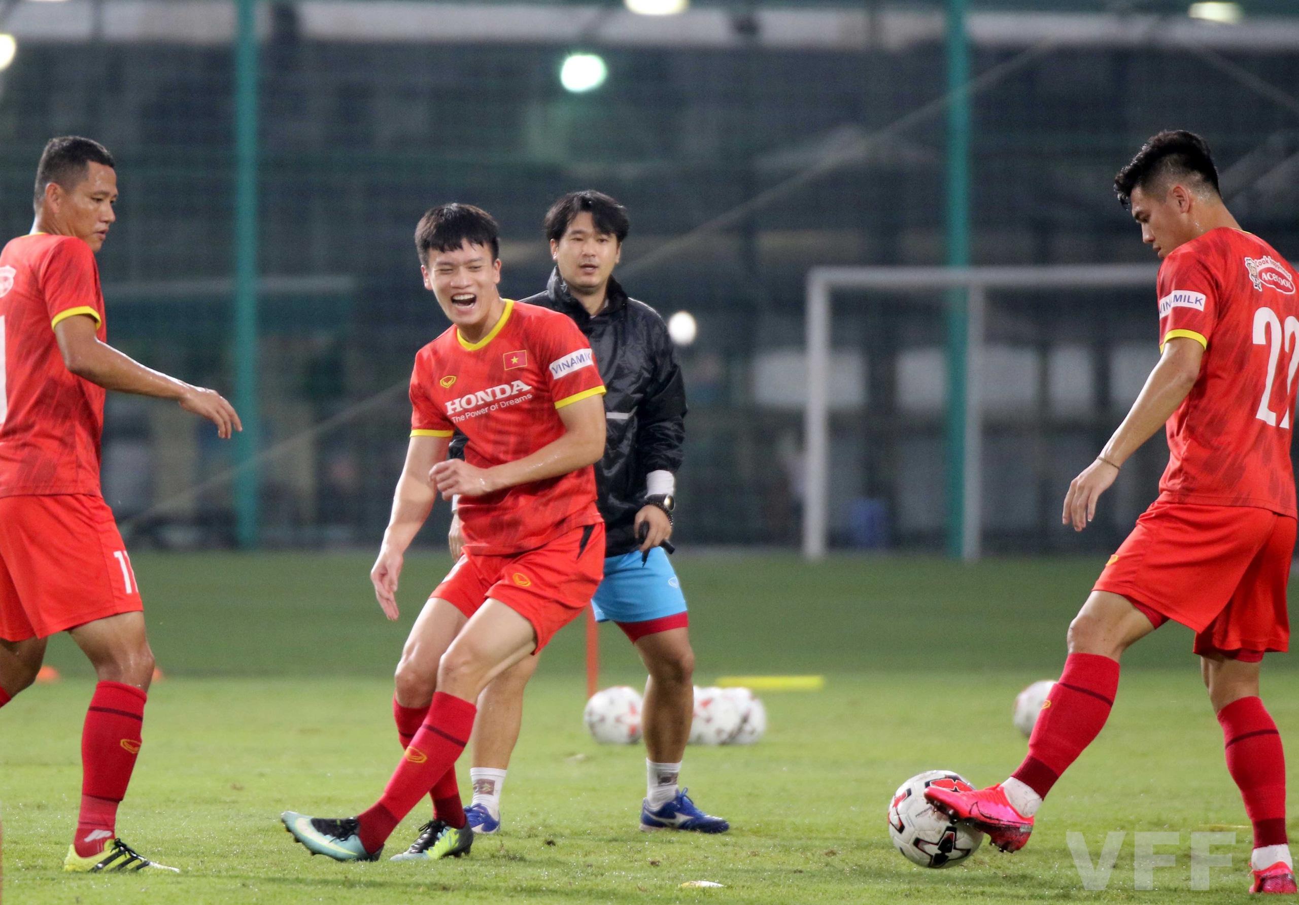 """HLV Park Hang-seo """"làm xiếc"""" với bóng khiến học trò ngỡ ngàng! - Ảnh 1."""
