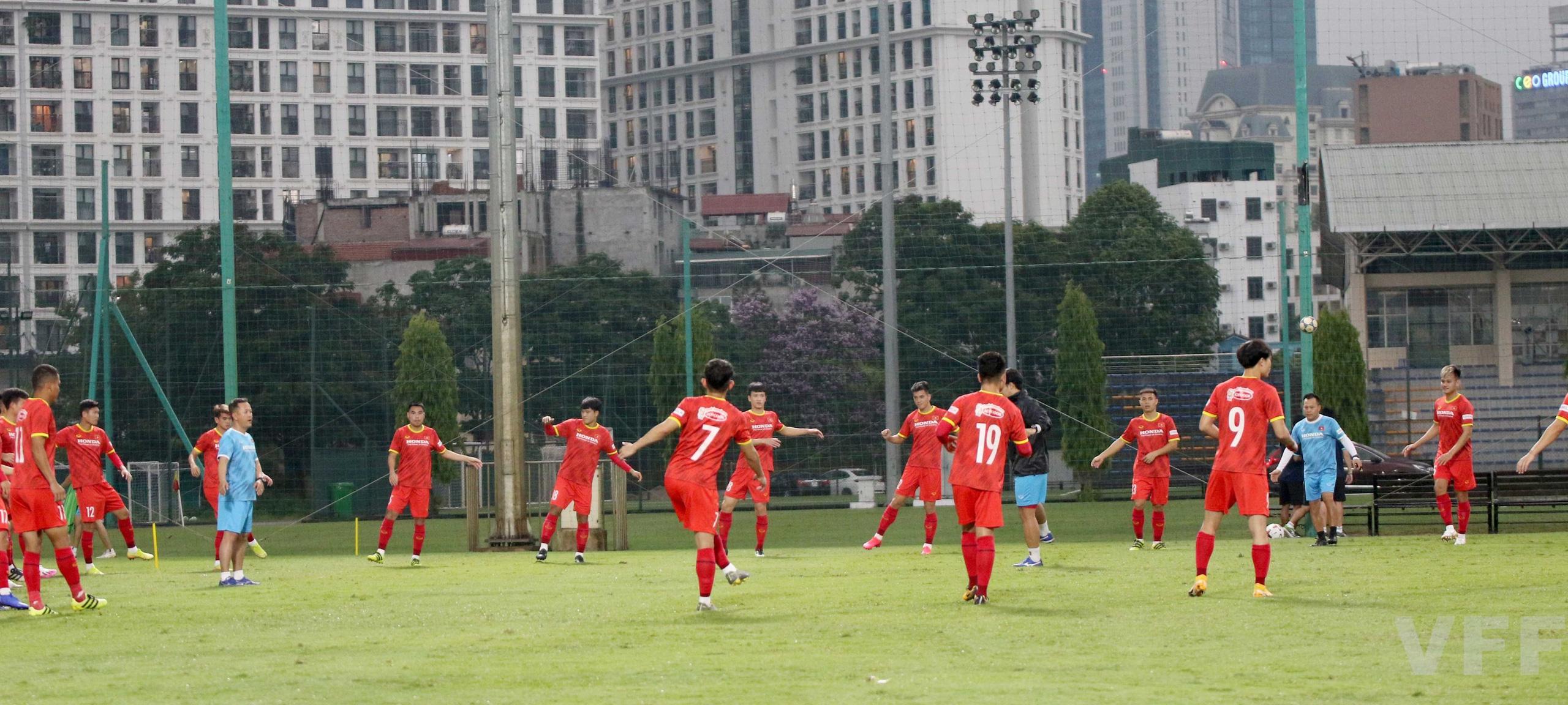 """HLV Park Hang-seo """"làm xiếc"""" với bóng khiến học trò ngỡ ngàng! - Ảnh 6."""