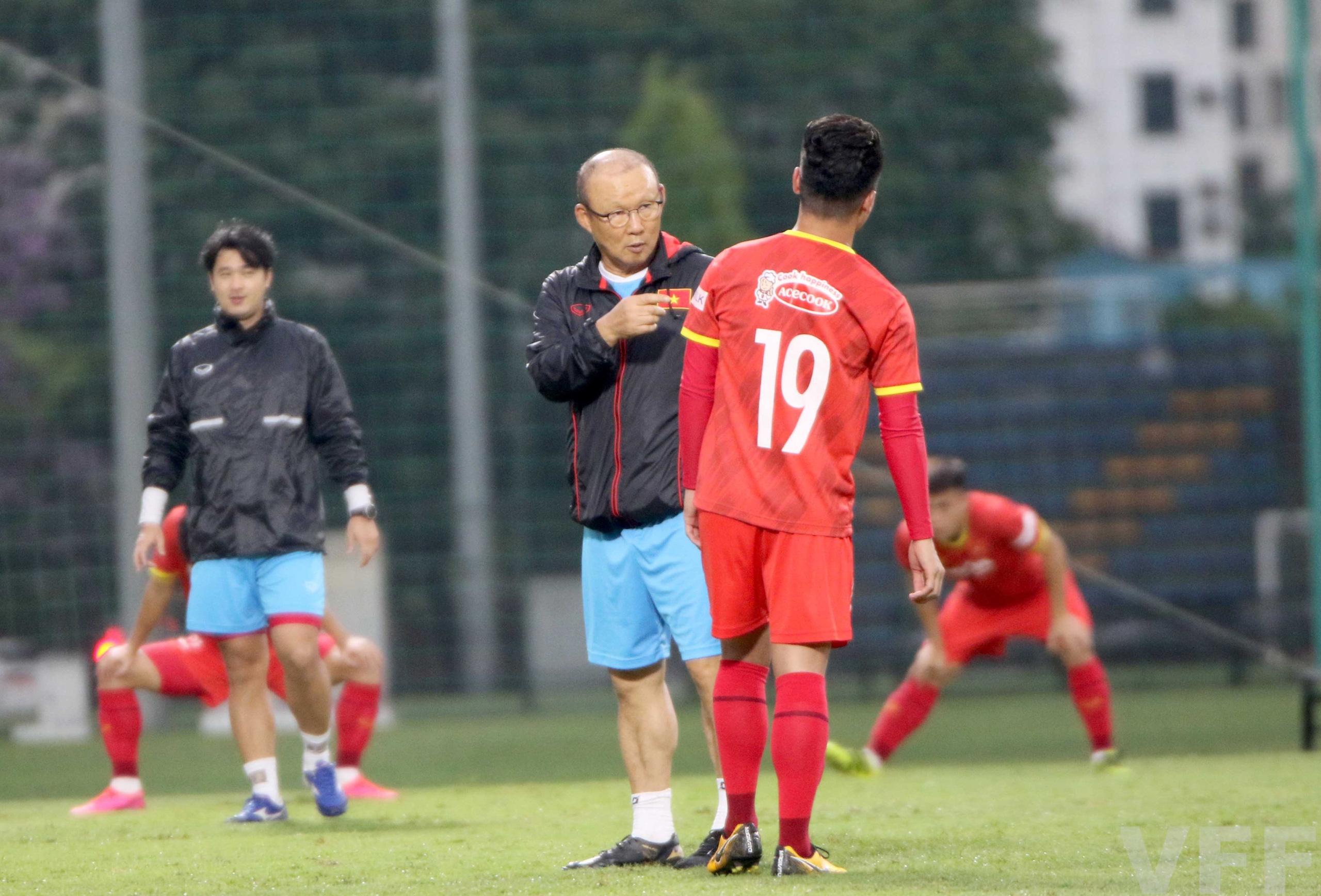 """HLV Park Hang-seo """"làm xiếc"""" với bóng khiến học trò ngỡ ngàng! - Ảnh 7."""