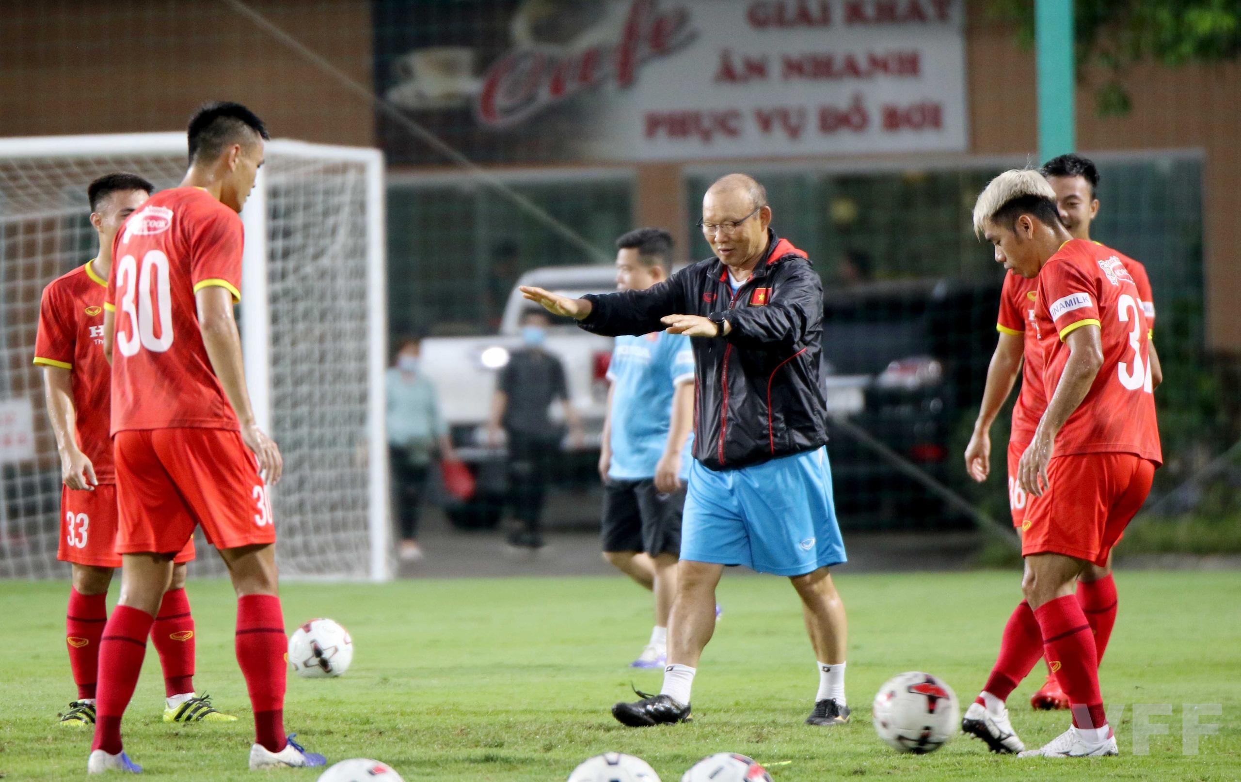 """HLV Park Hang-seo """"làm xiếc"""" với bóng khiến học trò ngỡ ngàng! - Ảnh 3."""