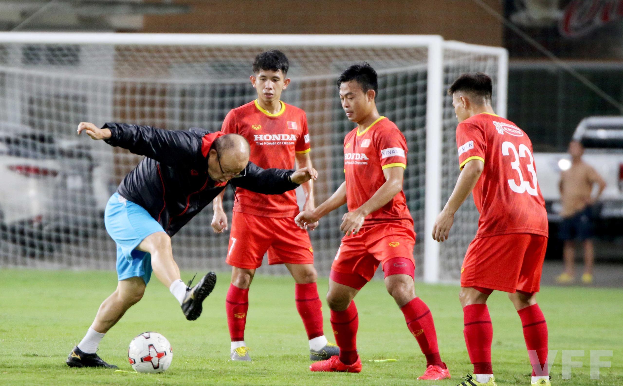 """HLV Park Hang-seo """"làm xiếc"""" với bóng khiến học trò ngỡ ngàng! - Ảnh 8."""
