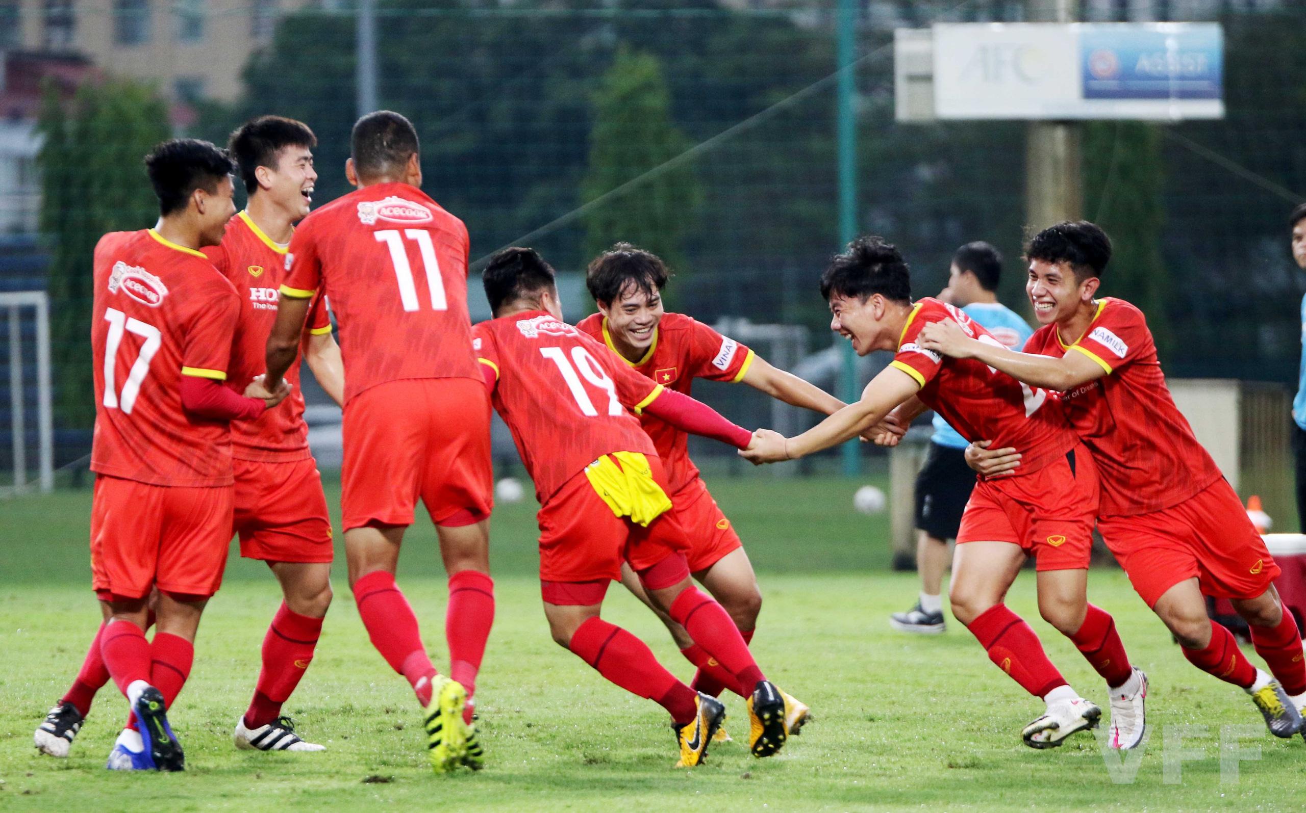 """HLV Park Hang-seo """"làm xiếc"""" với bóng khiến học trò ngỡ ngàng! - Ảnh 9."""
