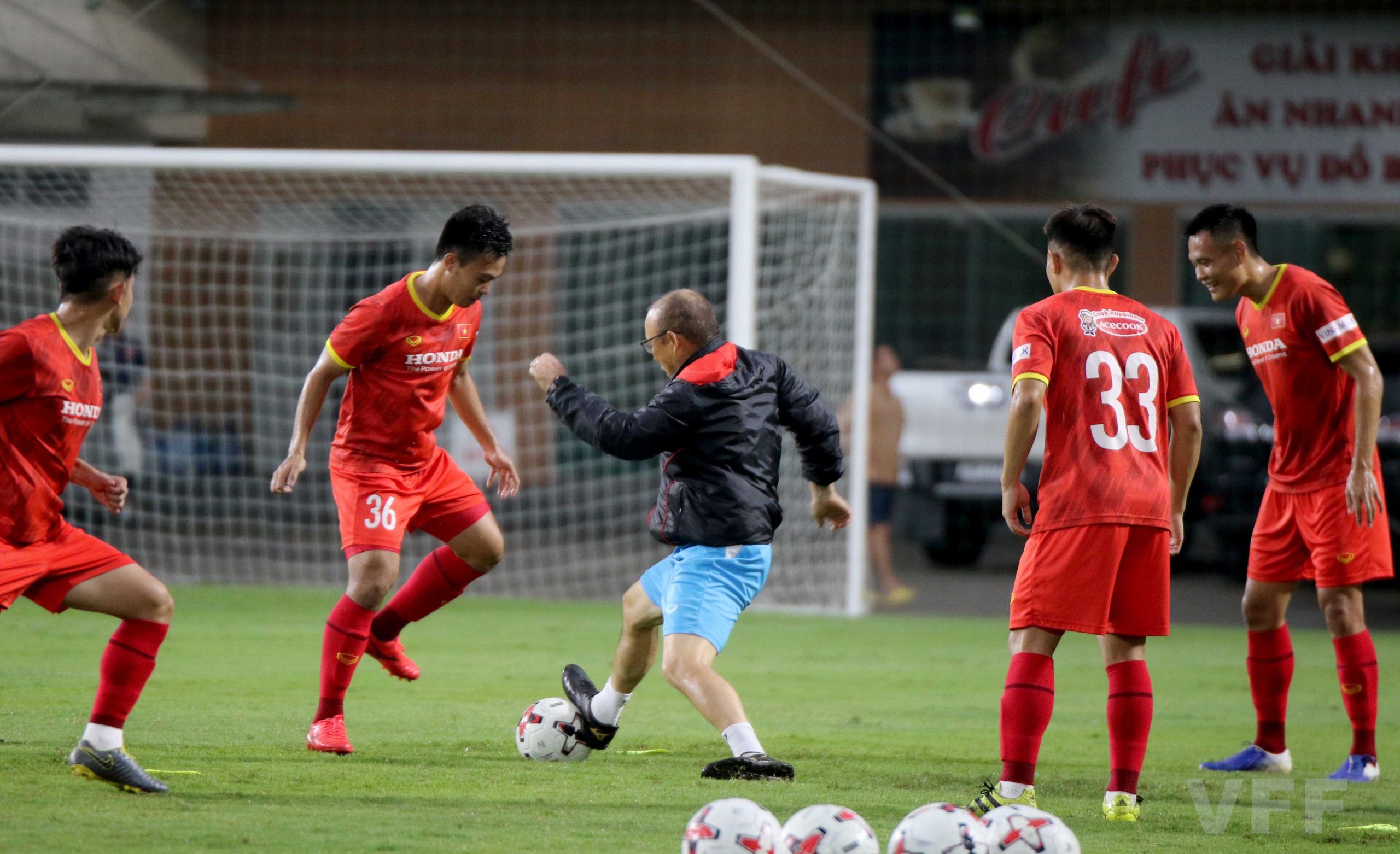 """HLV Park Hang-seo """"làm xiếc"""" với bóng khiến học trò ngỡ ngàng! - Ảnh 10."""