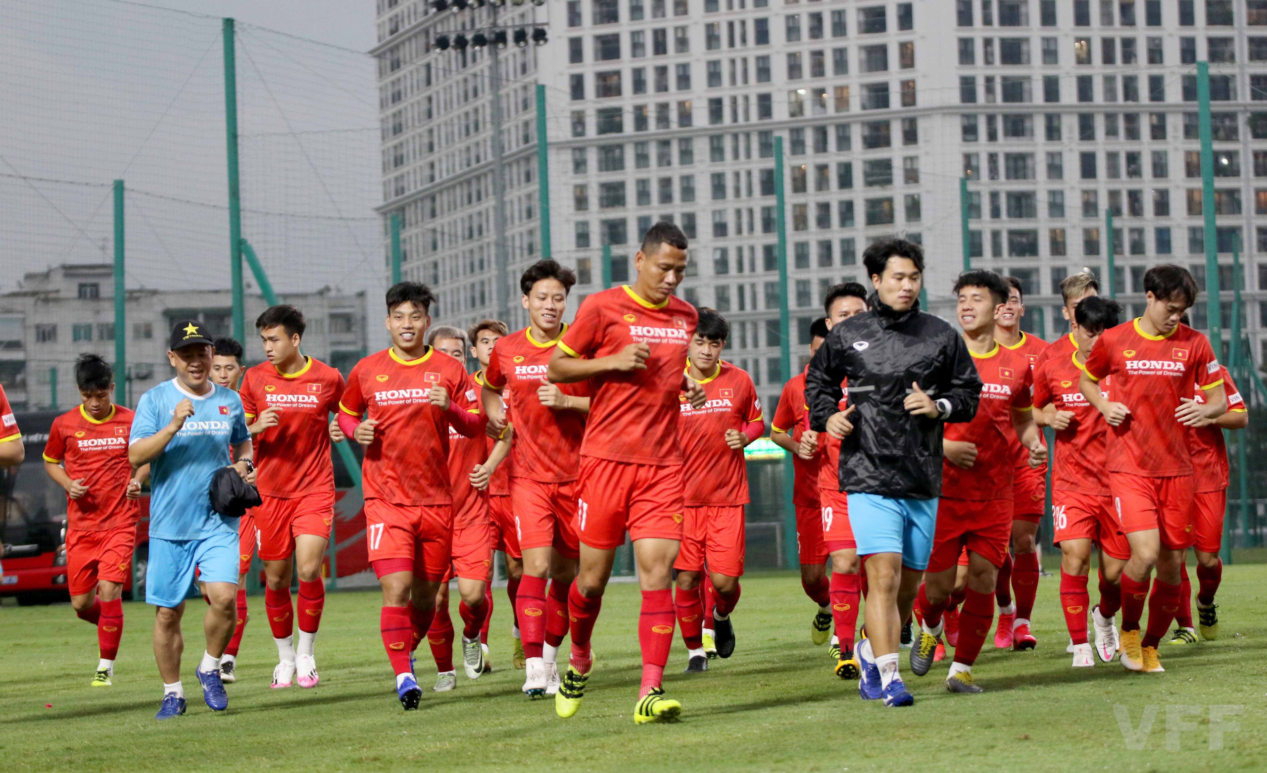 """HLV Park Hang-seo """"làm xiếc"""" với bóng khiến học trò ngỡ ngàng! - Ảnh 11."""