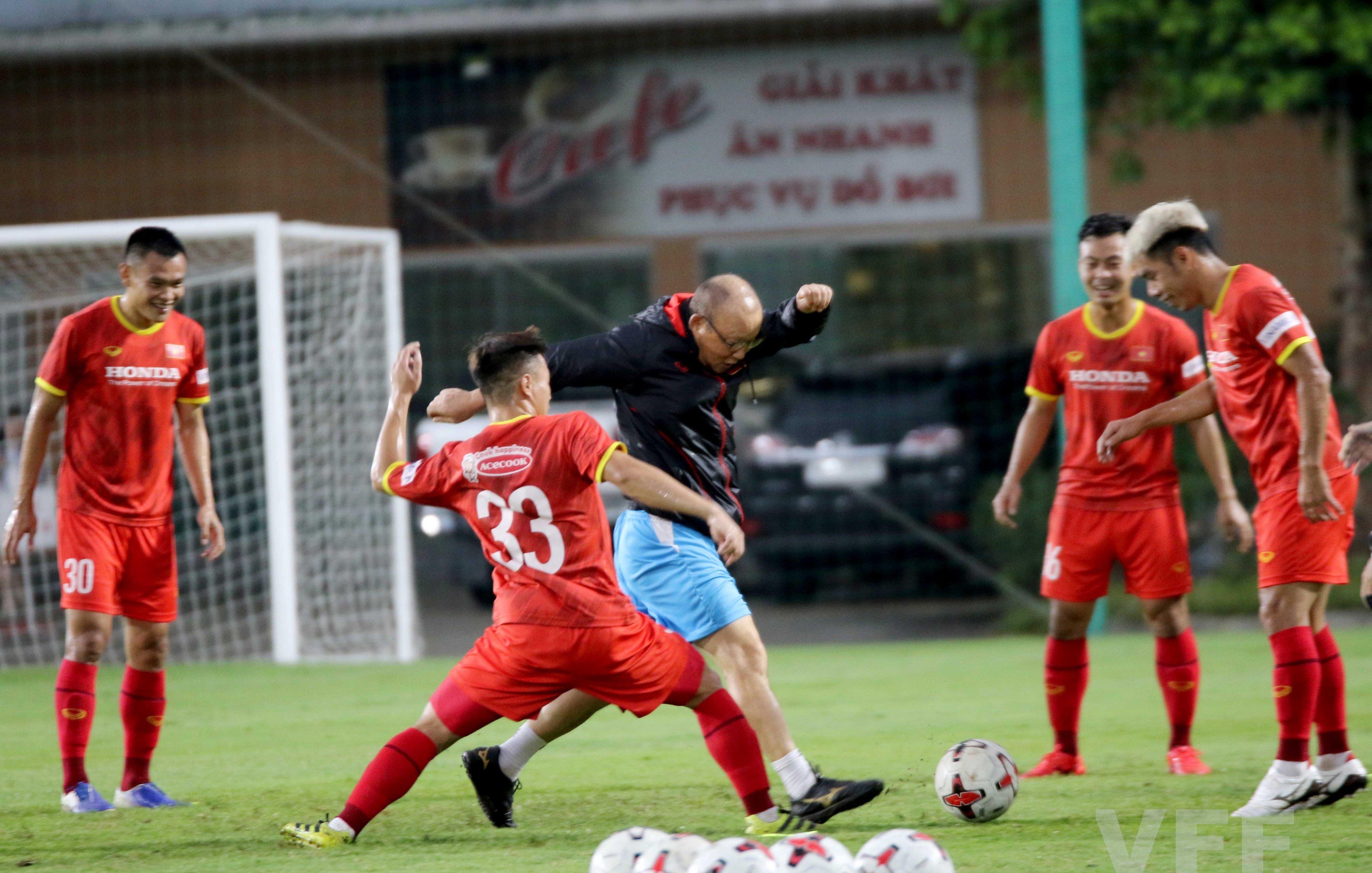 """HLV Park Hang-seo """"làm xiếc"""" với bóng khiến học trò ngỡ ngàng! - Ảnh 2."""