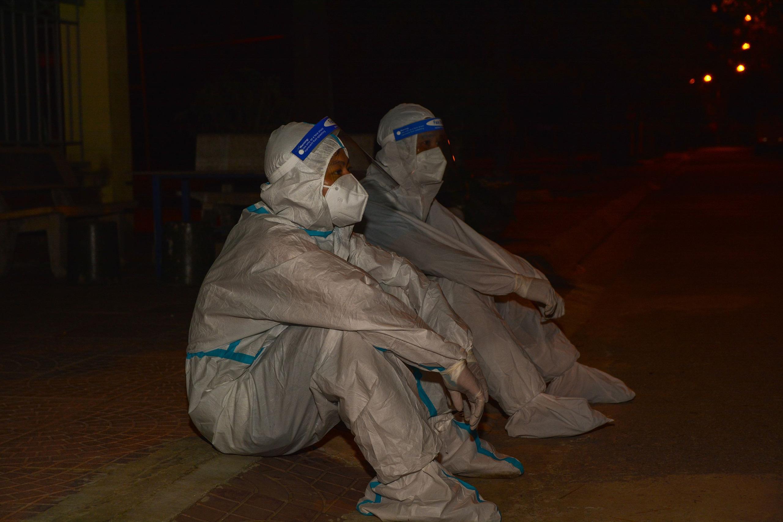 Điện Biên: Trắng đêm phun khử khuẩn phòng dịch Covid-19 - Ảnh 4.