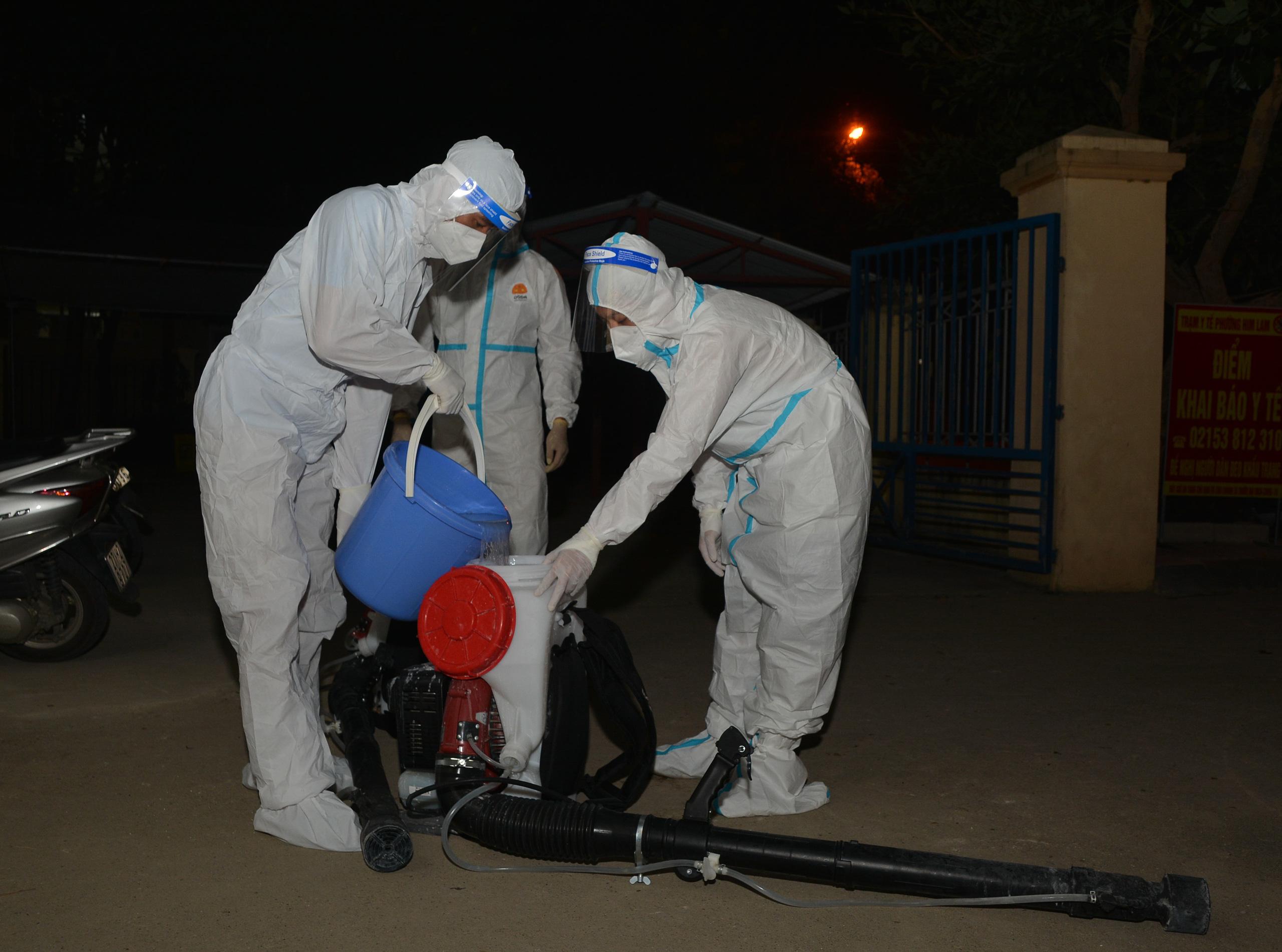 Điện Biên: Trắng đêm phun khử khuẩn phòng dịch Covid-19 - Ảnh 7.