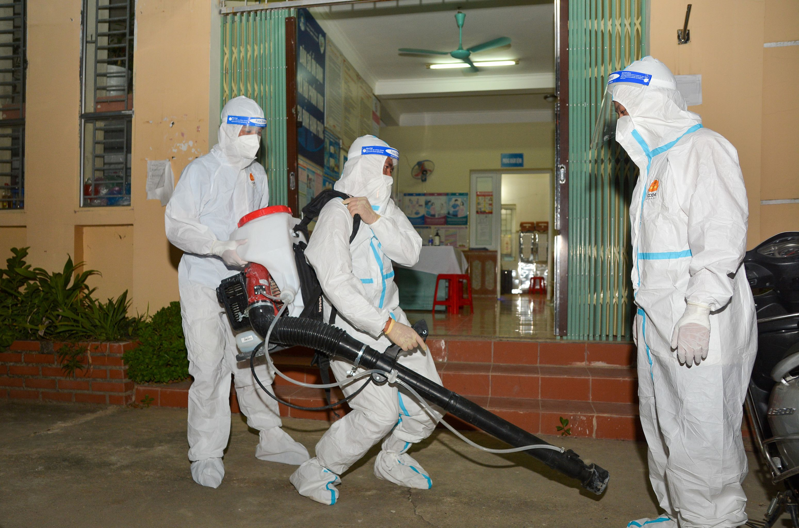 Điện Biên: Trắng đêm phun khử khuẩn phòng dịch Covid-19 - Ảnh 2.