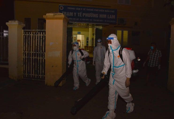 Điện Biên: Trắng đêm phun khử khuẩn phòng dịch Covid-19 - Ảnh 5.