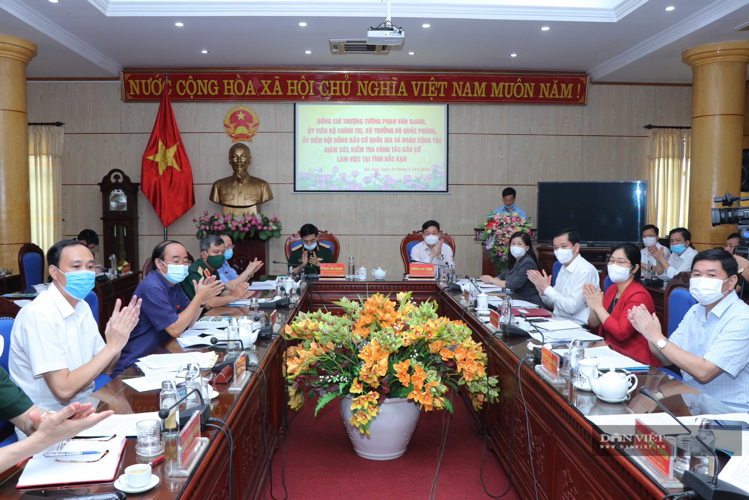 Bắc Kạn: Bộ trưởng Bộ Quốc phòng kiểm tra công tác bầu cử - Ảnh 1.