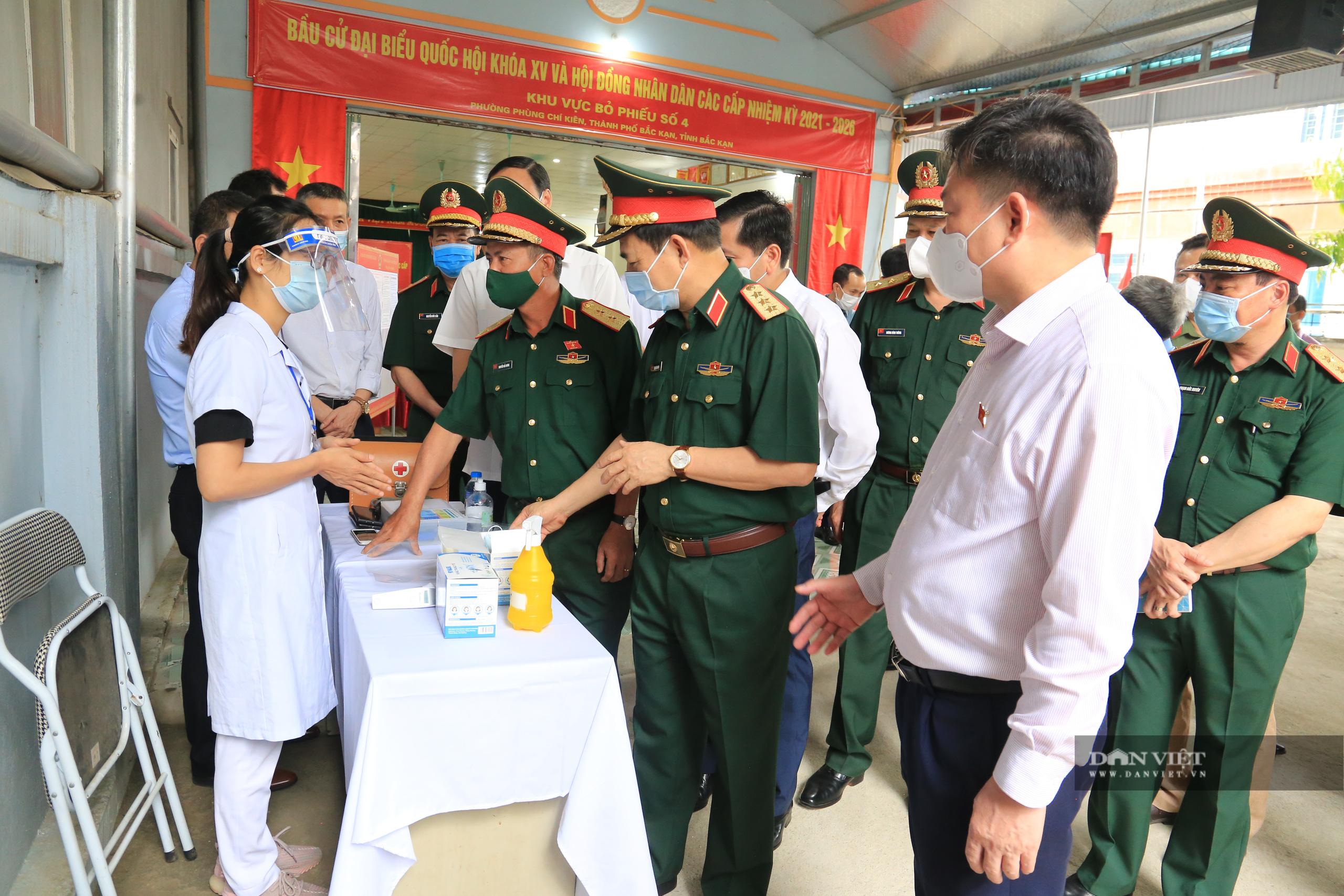 Bắc Kạn: Bộ trưởng Bộ Quốc phòng kiểm tra công tác bầu cử - Ảnh 2.