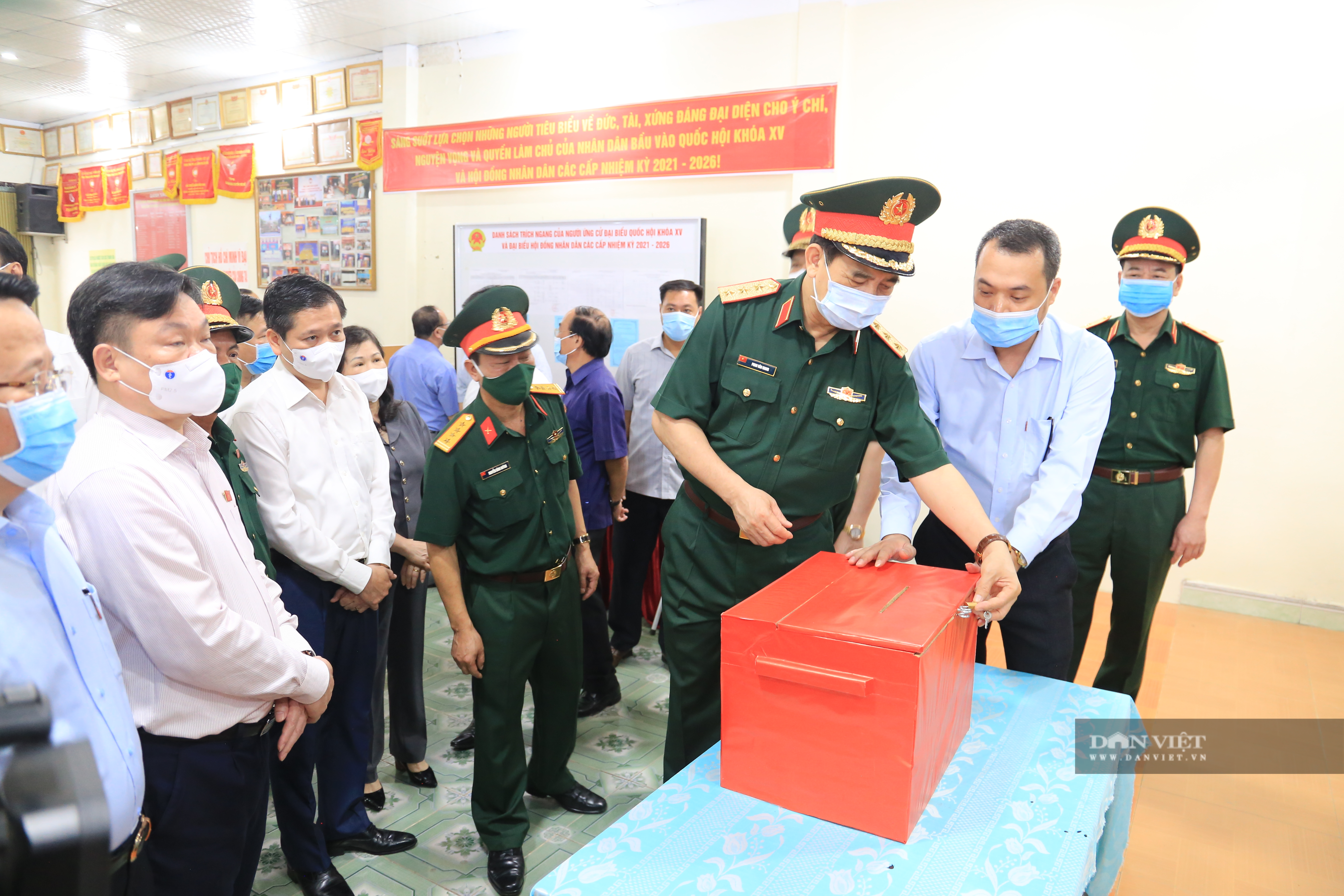 Bắc Kạn: Bộ trưởng Bộ Quốc phòng kiểm tra công tác bầu cử - Ảnh 3.