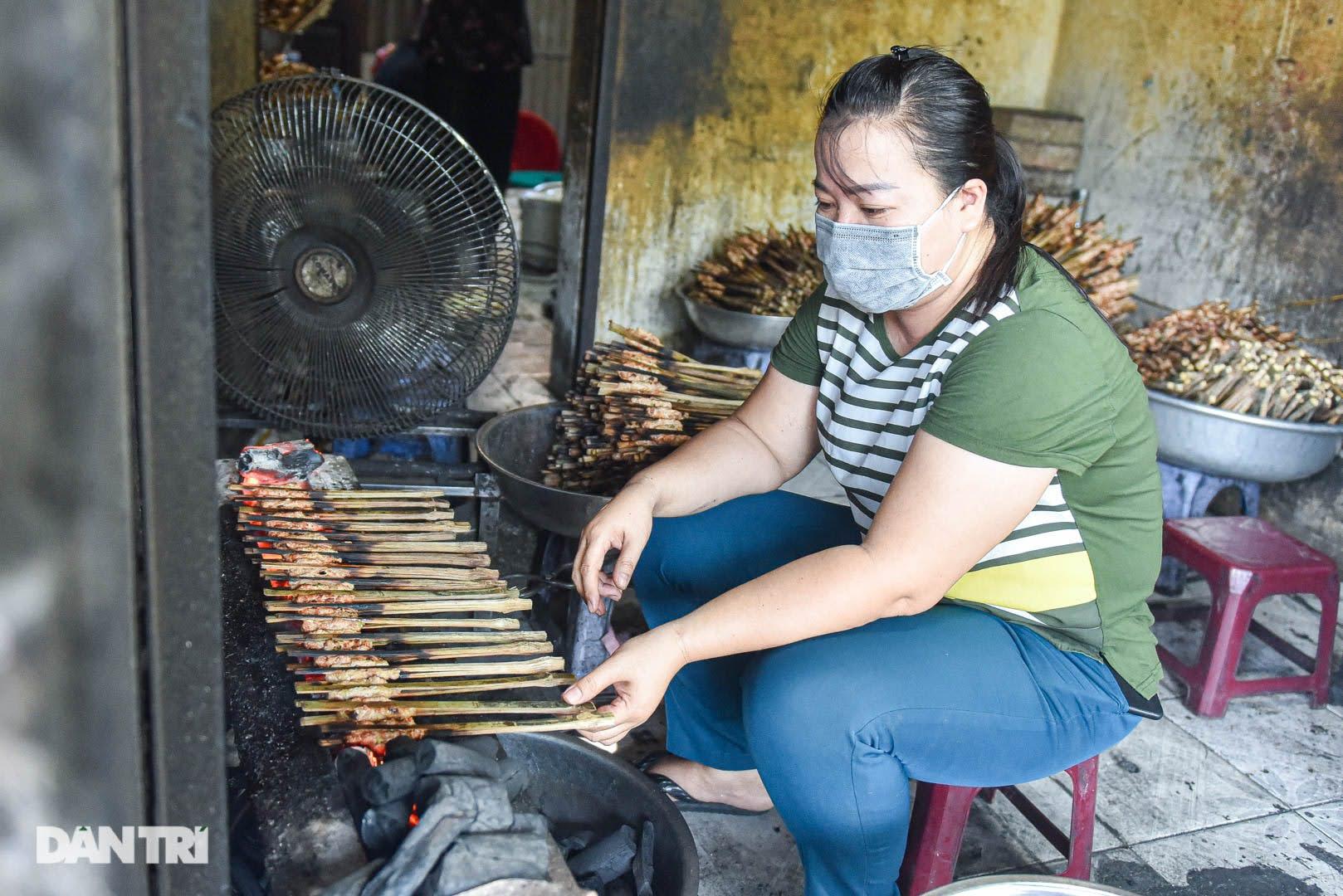 Hiếm có ở Hà Nội: Bún chả kẹp que tre nướng, ngày bán hàng trăm suất - Ảnh 3.