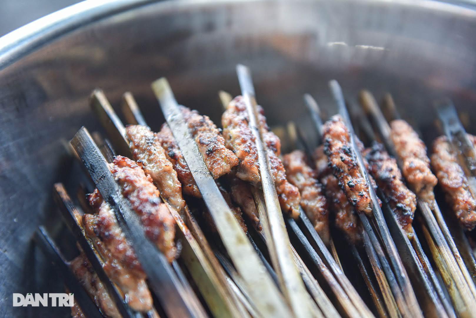 Hiếm có ở Hà Nội: Bún chả kẹp que tre nướng, ngày bán hàng trăm suất - Ảnh 4.