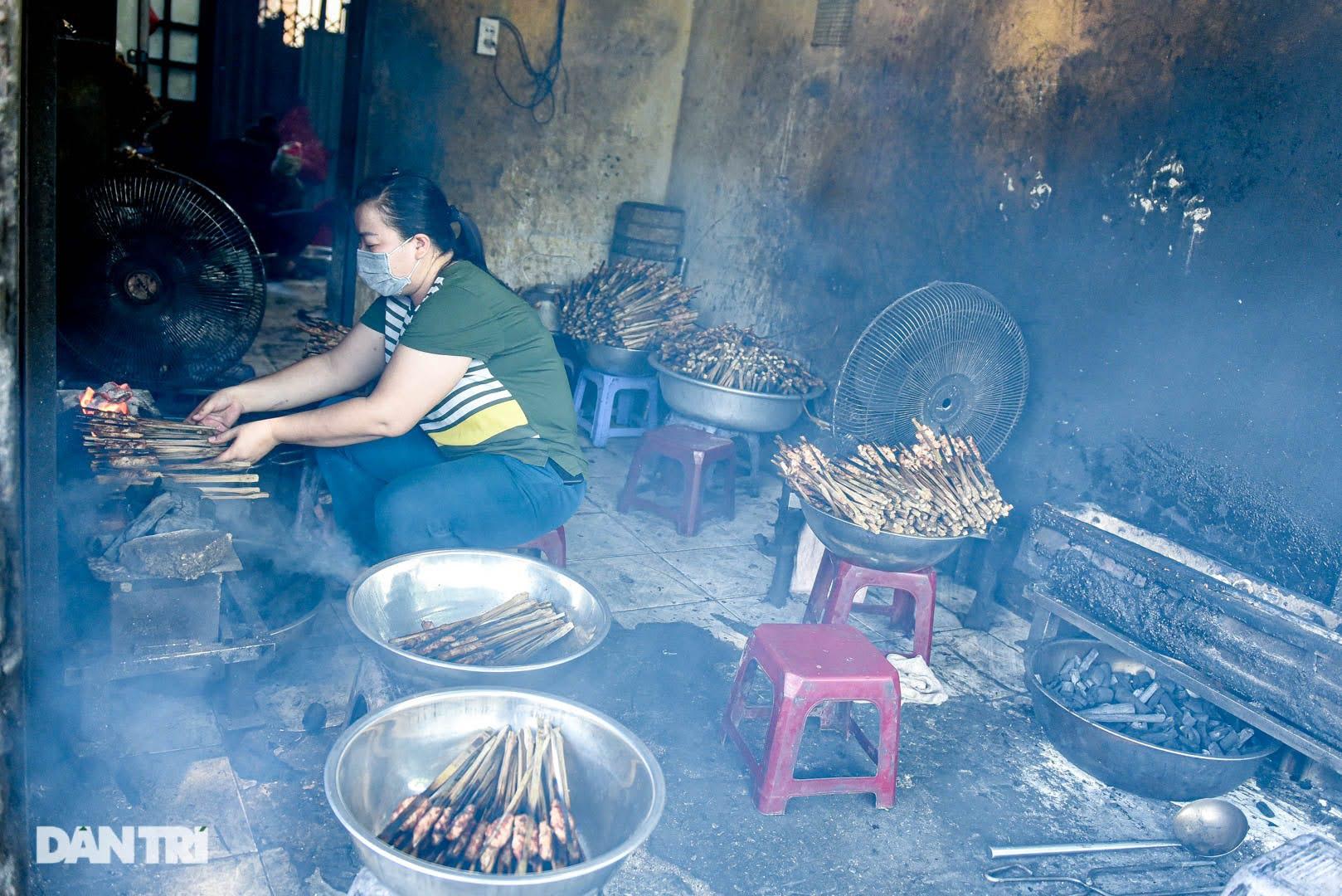 Hiếm có ở Hà Nội: Bún chả kẹp que tre nướng, ngày bán hàng trăm suất - Ảnh 6.
