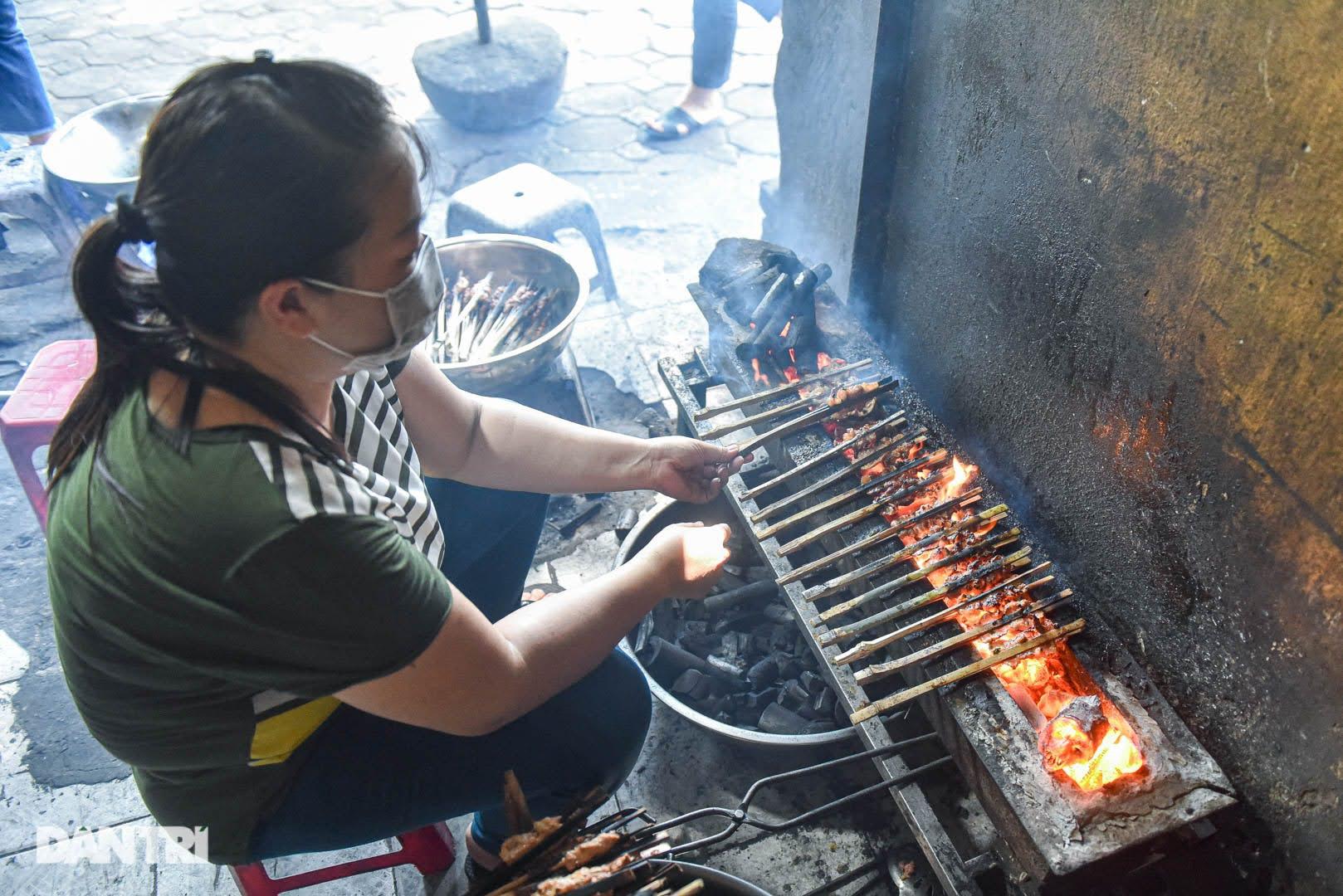Hiếm có ở Hà Nội: Bún chả kẹp que tre nướng, ngày bán hàng trăm suất - Ảnh 7.