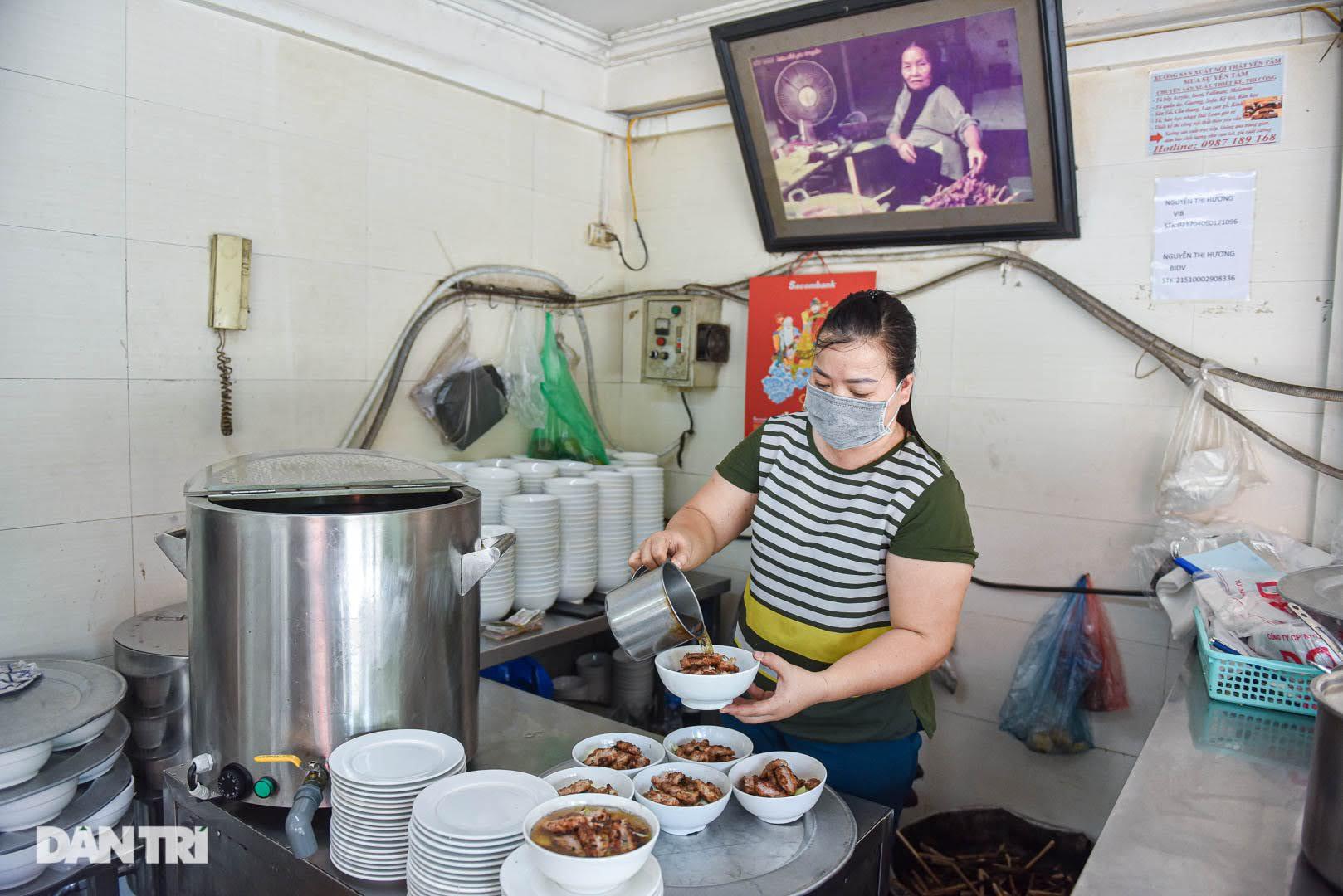 Hiếm có ở Hà Nội: Bún chả kẹp que tre nướng, ngày bán hàng trăm suất - Ảnh 8.