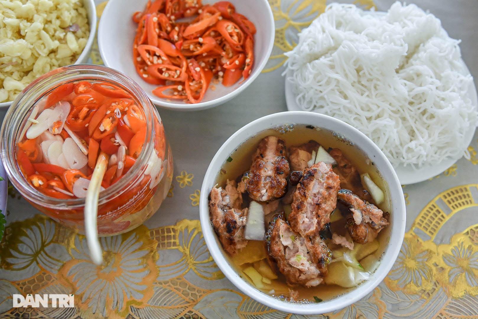 Hiếm có ở Hà Nội: Bún chả kẹp que tre nướng, ngày bán hàng trăm suất - Ảnh 9.