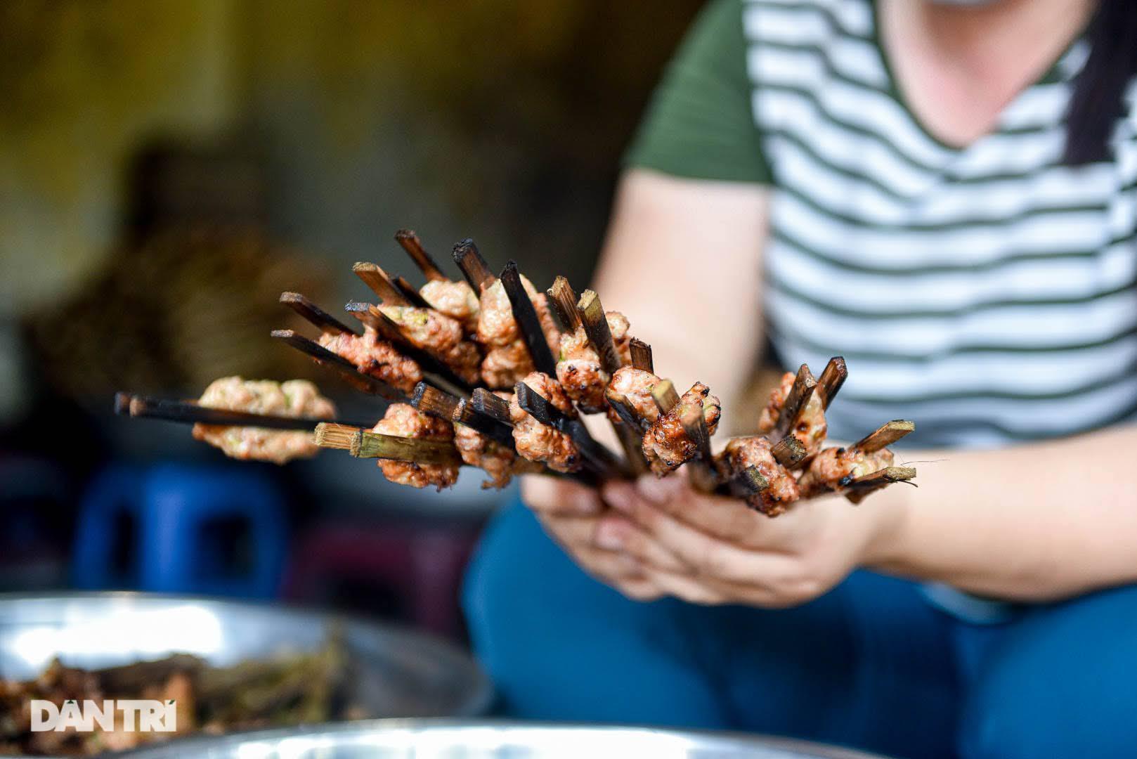 Hiếm có ở Hà Nội: Bún chả kẹp que tre nướng, ngày bán hàng trăm suất - Ảnh 10.
