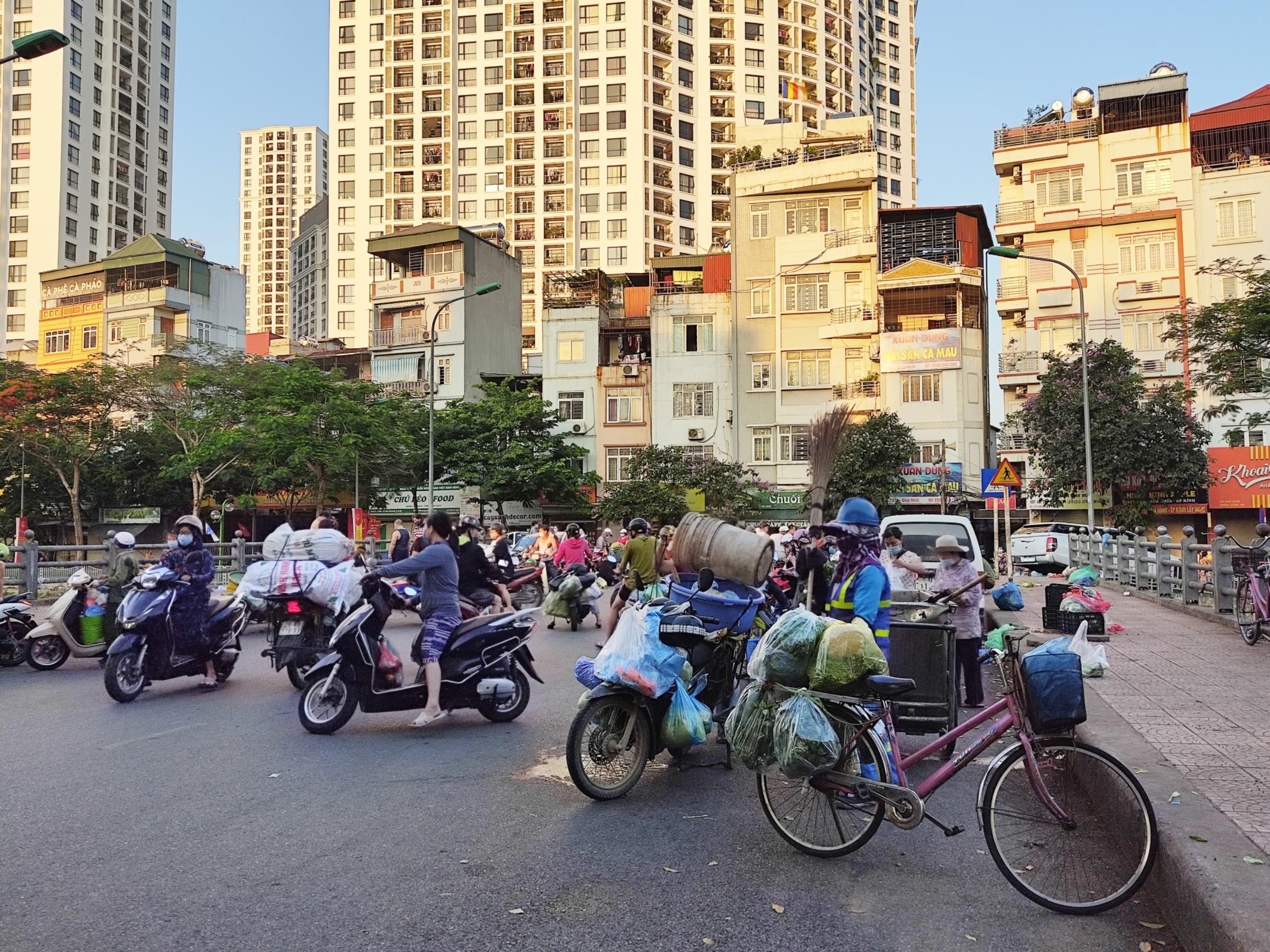 Chợ cóc, chợ tạm ở Hà Nội vẫn hoạt động bất chấp lệnh cấm - Ảnh 1.
