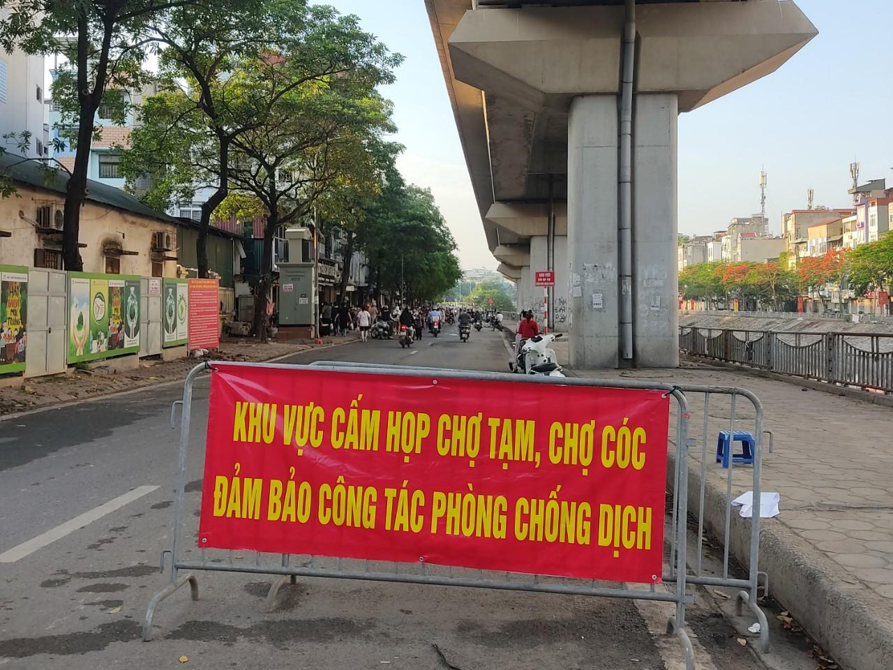 Chợ cóc, chợ tạm ở Hà Nội vẫn hoạt động bất chấp lệnh cấm - Ảnh 7.