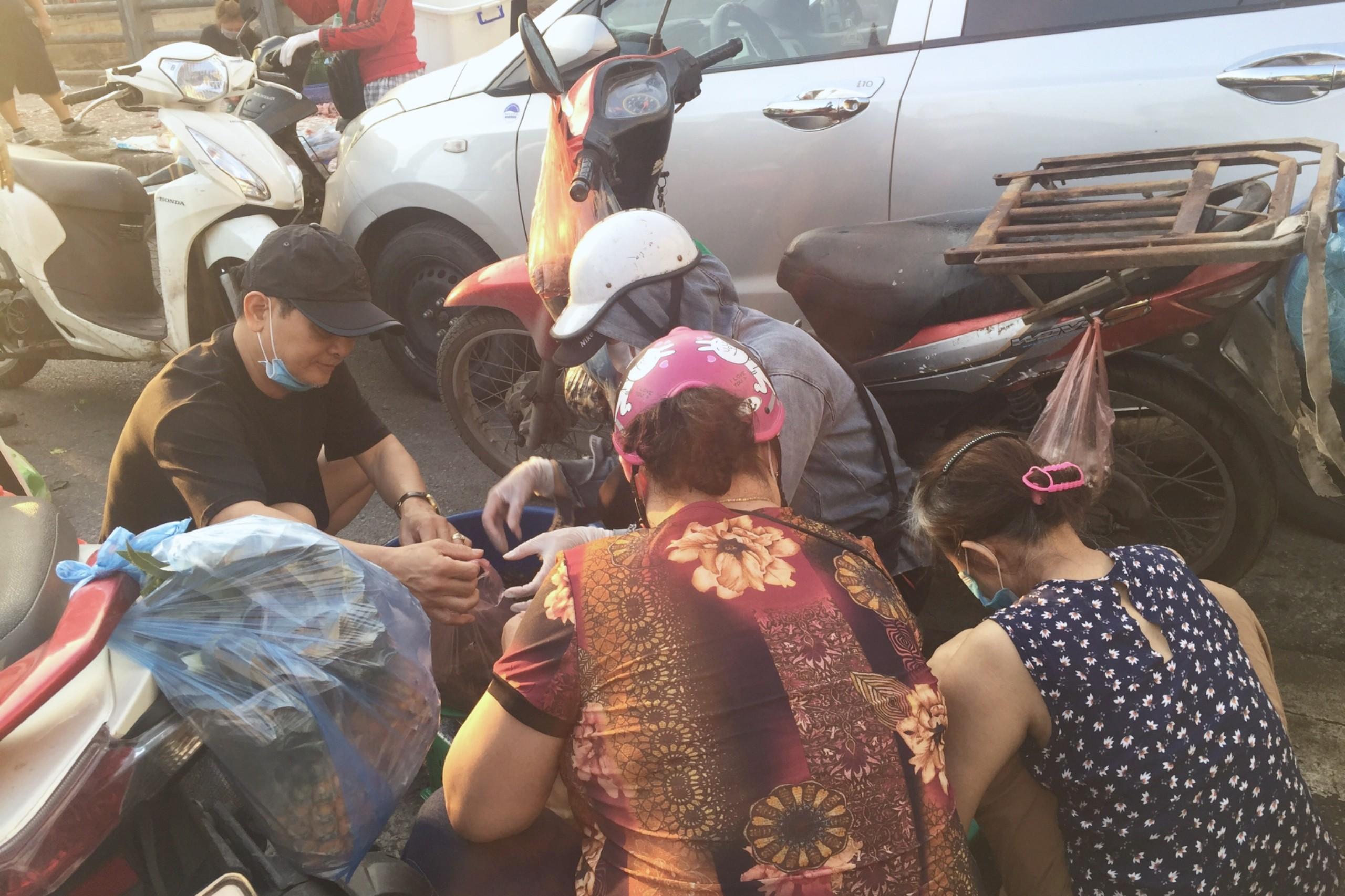 Chợ cóc, chợ tạm ở Hà Nội vẫn hoạt động bất chấp lệnh cấm - Ảnh 2.