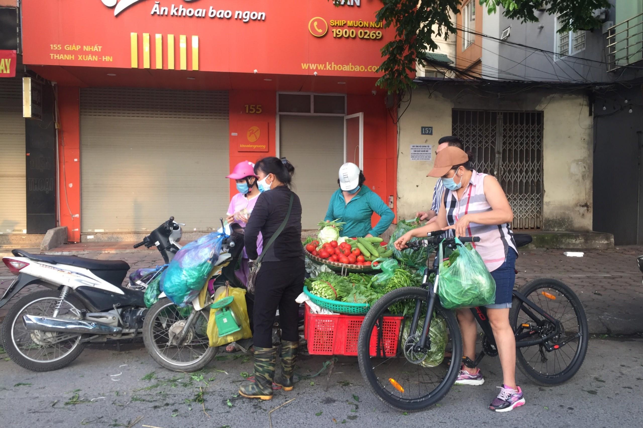 Chợ cóc, chợ tạm ở Hà Nội vẫn hoạt động bất chấp lệnh cấm - Ảnh 4.