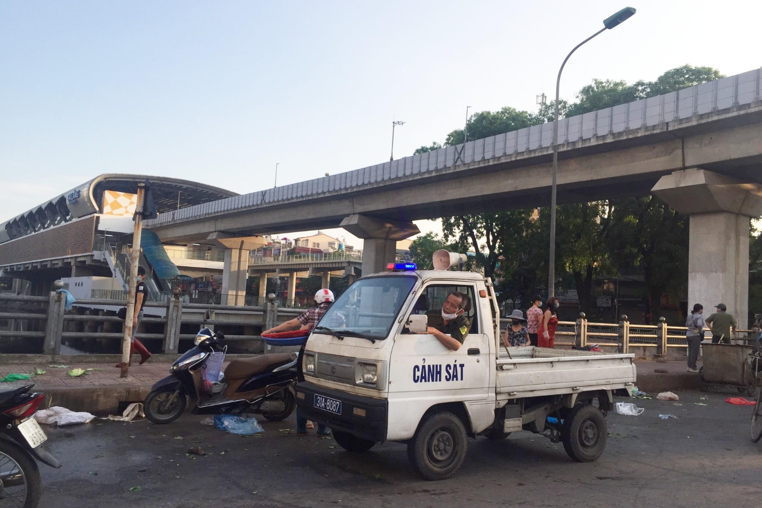 Chợ cóc, chợ tạm ở Hà Nội vẫn hoạt động bất chấp lệnh cấm - Ảnh 5.